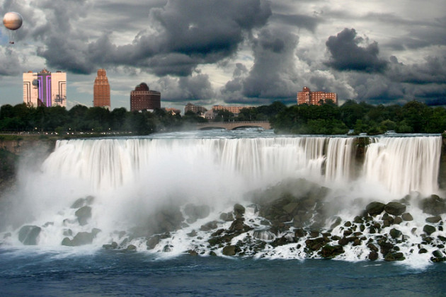 Niagara_Falls_before_a_rain_storm_(2007)