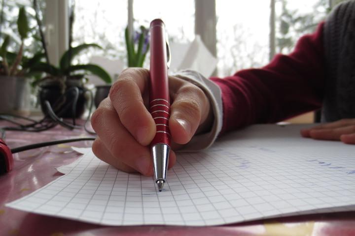 1200px-Schreiben_mit_Kugelschreiber